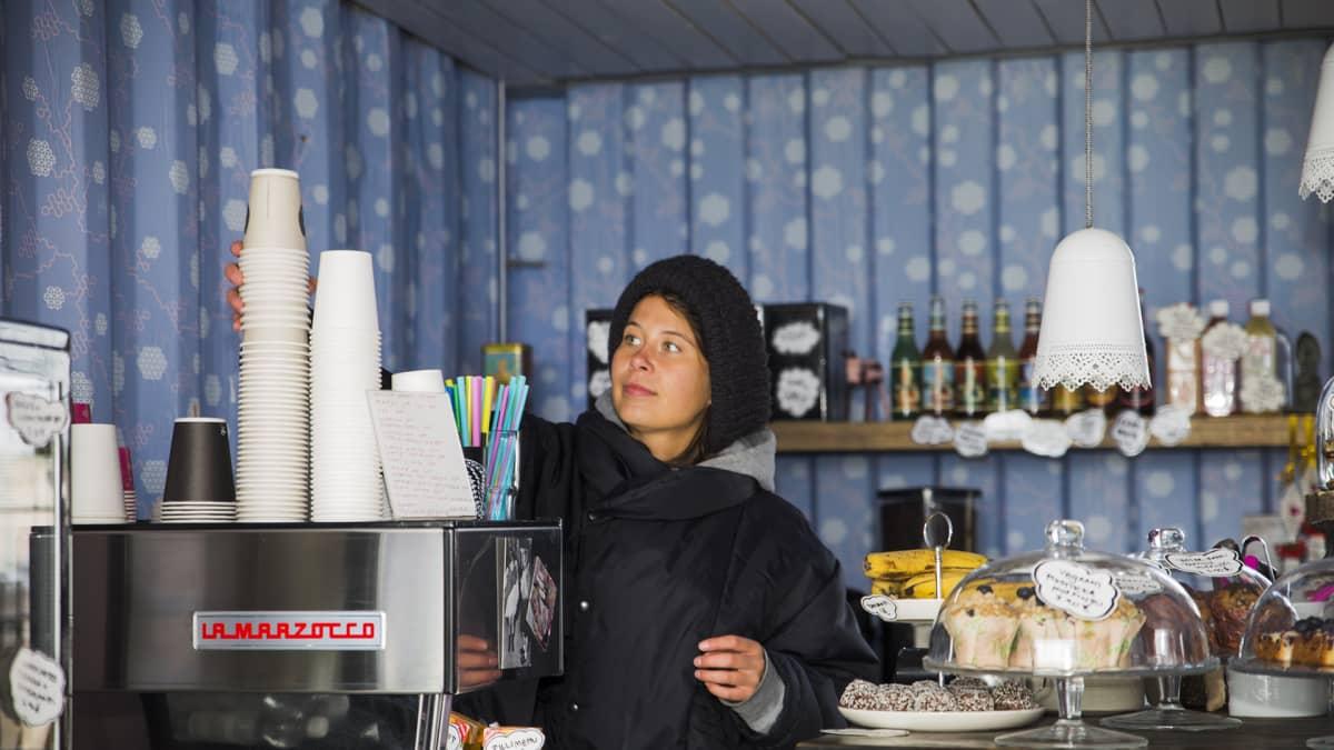 Ihana kahvilan myyjä sompasaaressa