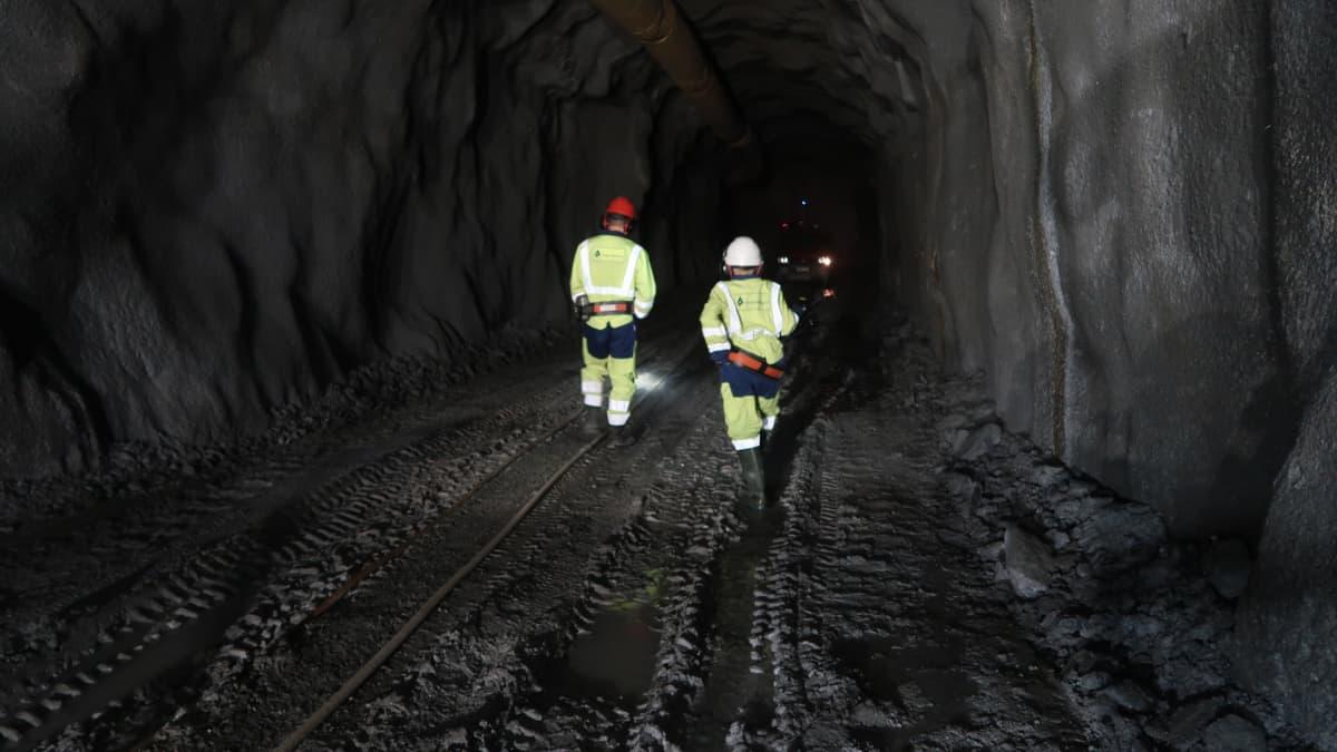 Kaksi ihmistä kävelee poispäin kaivoksessa