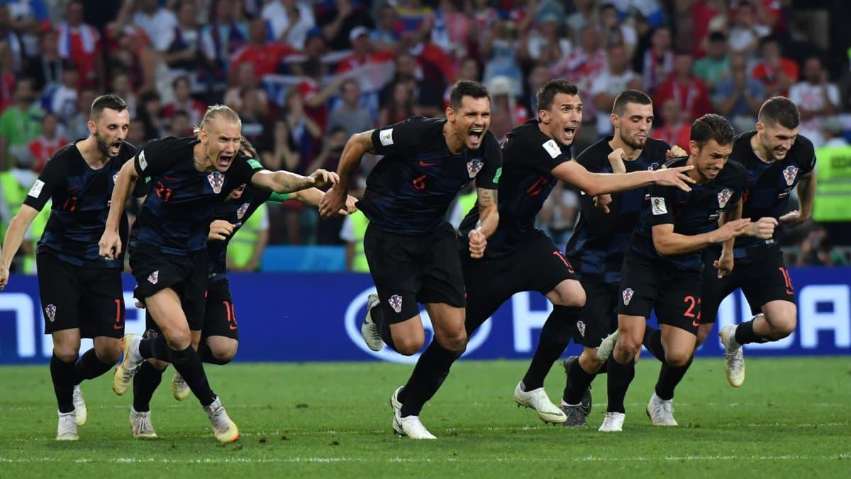 Kroatian joukkue juhlii puolivälierävoittoaan Venäjästä.