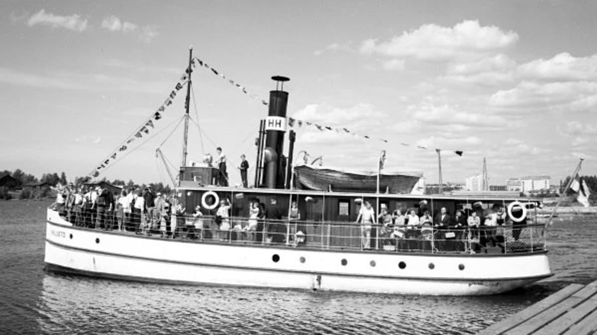 Hailuoto-laiva lähdössä Oulun Kauppatorin rannasta.