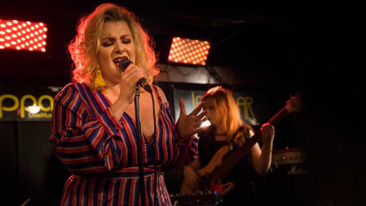 Emma Balbatsu laulaa.