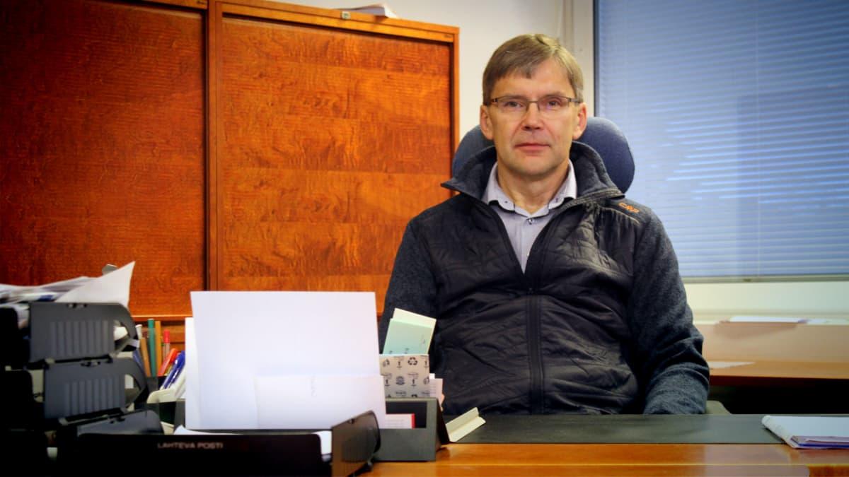 Tuomo Penttinen istuu työhuoneessaan.