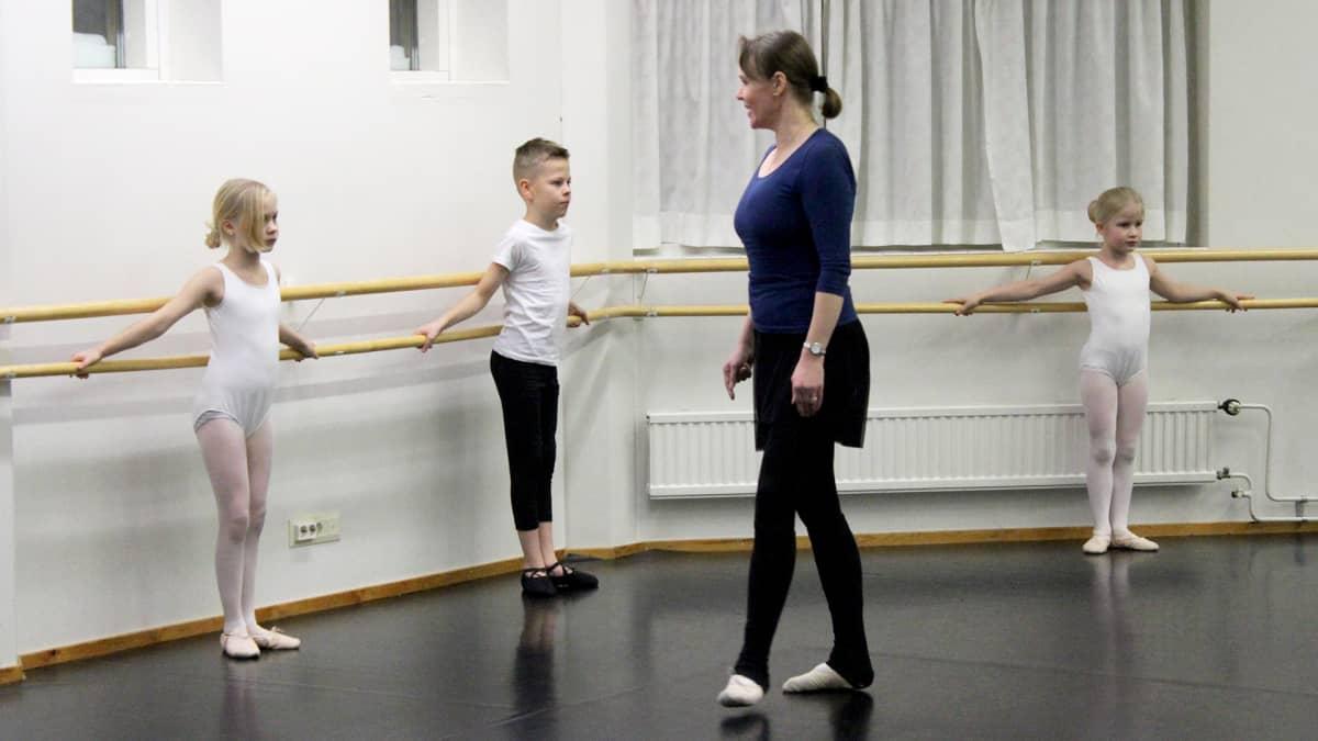 Baletinopettaja Sorella Stranden neuvoo lapsia tanssitunnilla