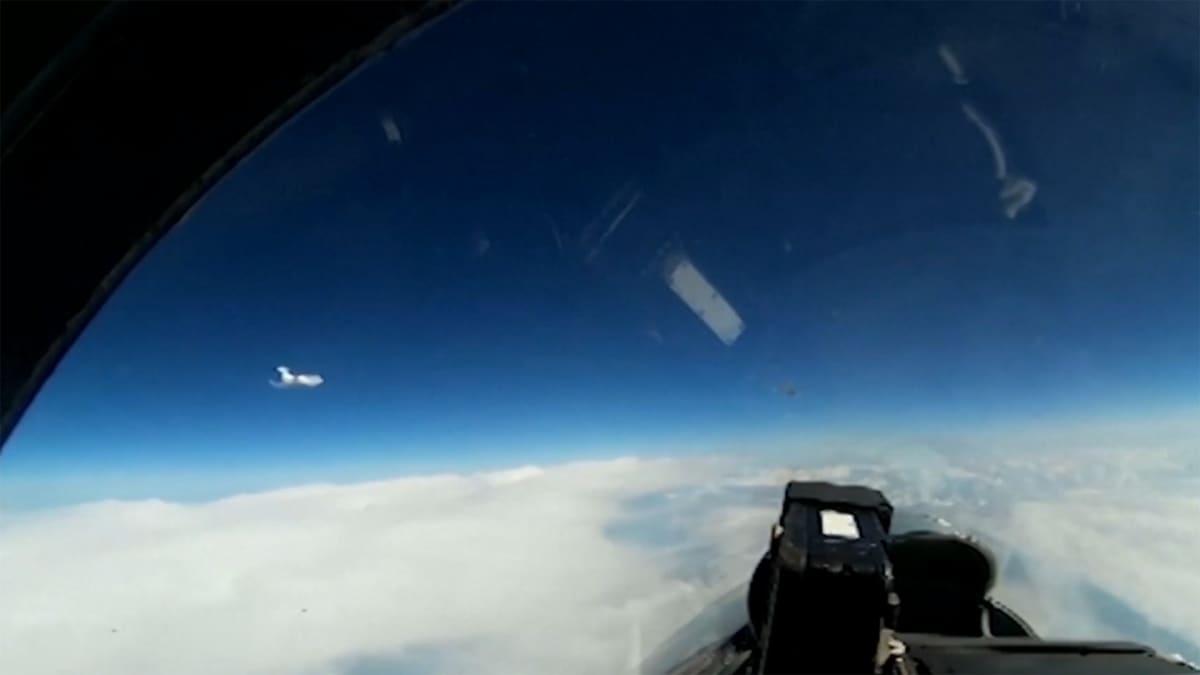 lentokoneen ohjaamossa