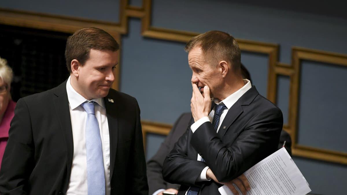 Perussuomalaisten kansanedustajat Ville Tavio (vas.) ja Mika Niikko eduskunnan täysistunnossa Helsingissä 7. toukokuuta.