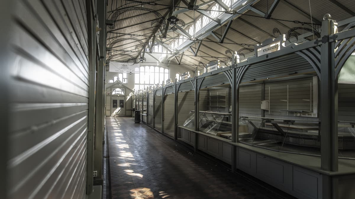 Oulun kauppahallin tyhjä käytävä