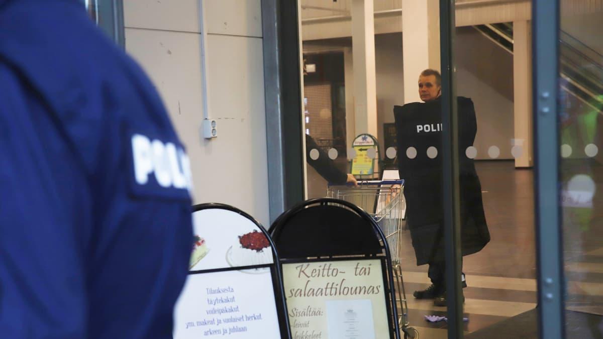 Poliisi kauppakeskuksessa.