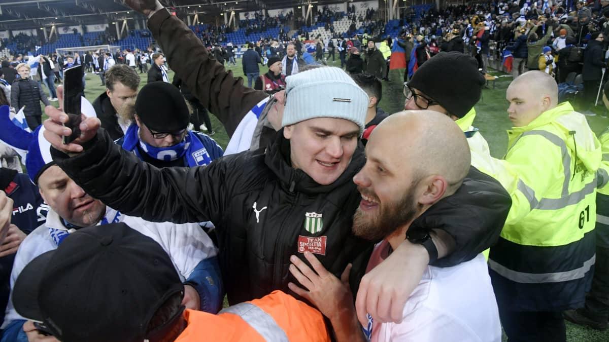 Teemu Pukki fanien ympäröimänä Liechtenstein-ottelun jälkeen Töölön jalkapallostadionilla 2019. EM-karsinta, kisapaikka varmistui.