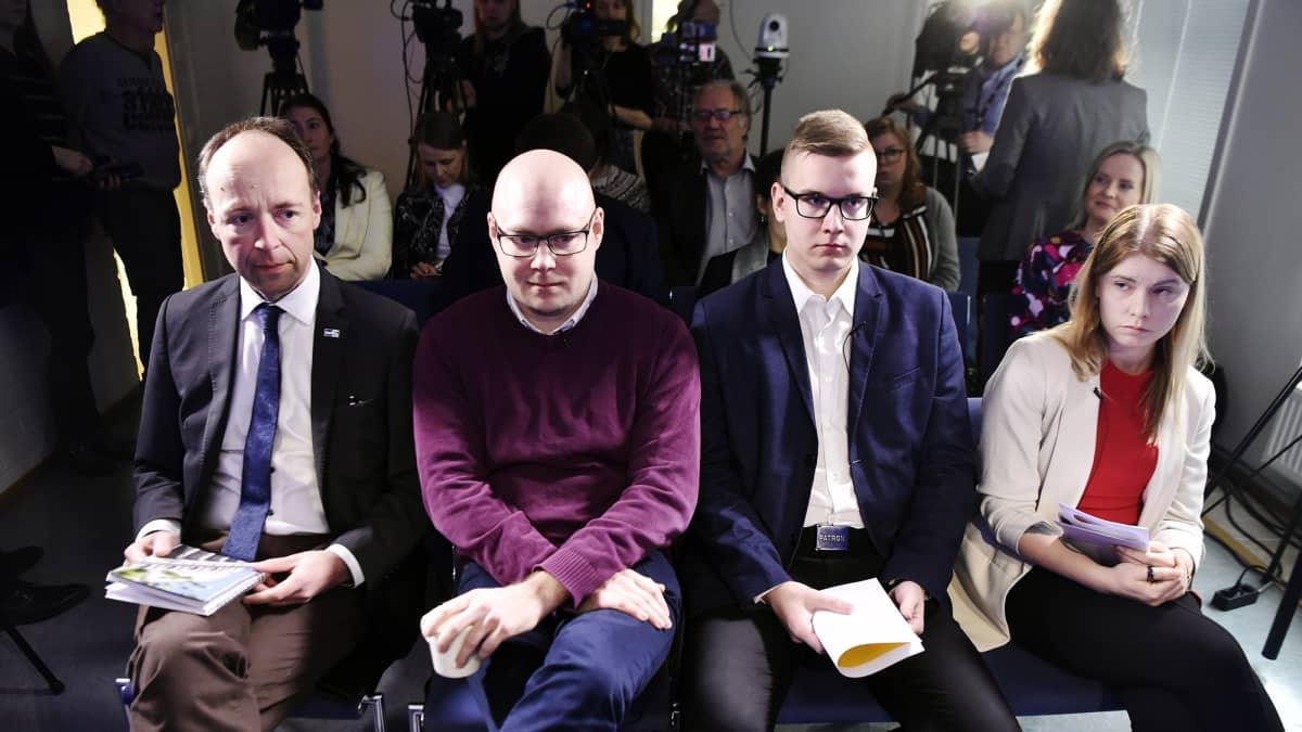 Perussuomalaisten edustajat kertoivat puolueen nuorisojärjestön tilanteesta mediatilaisuudessa torstaina.