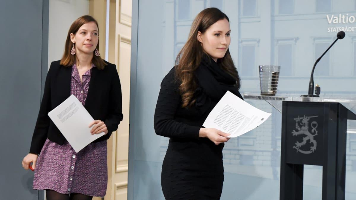 Opetusministeri Li Andersson ja pääministeri Sanna Marin hallituksen tiedotustilaisuudessa valtioneuvoston linnassa Helsingissä 29. huhtikuuta