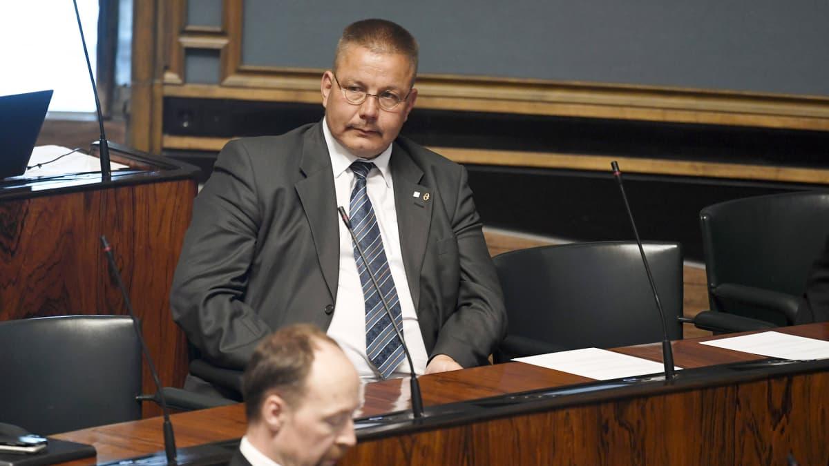 Kansanedustaja Juha Mäenpää (ps.) eduskunnan täysistunnossa Helsingissä 24. kesäkuuta.