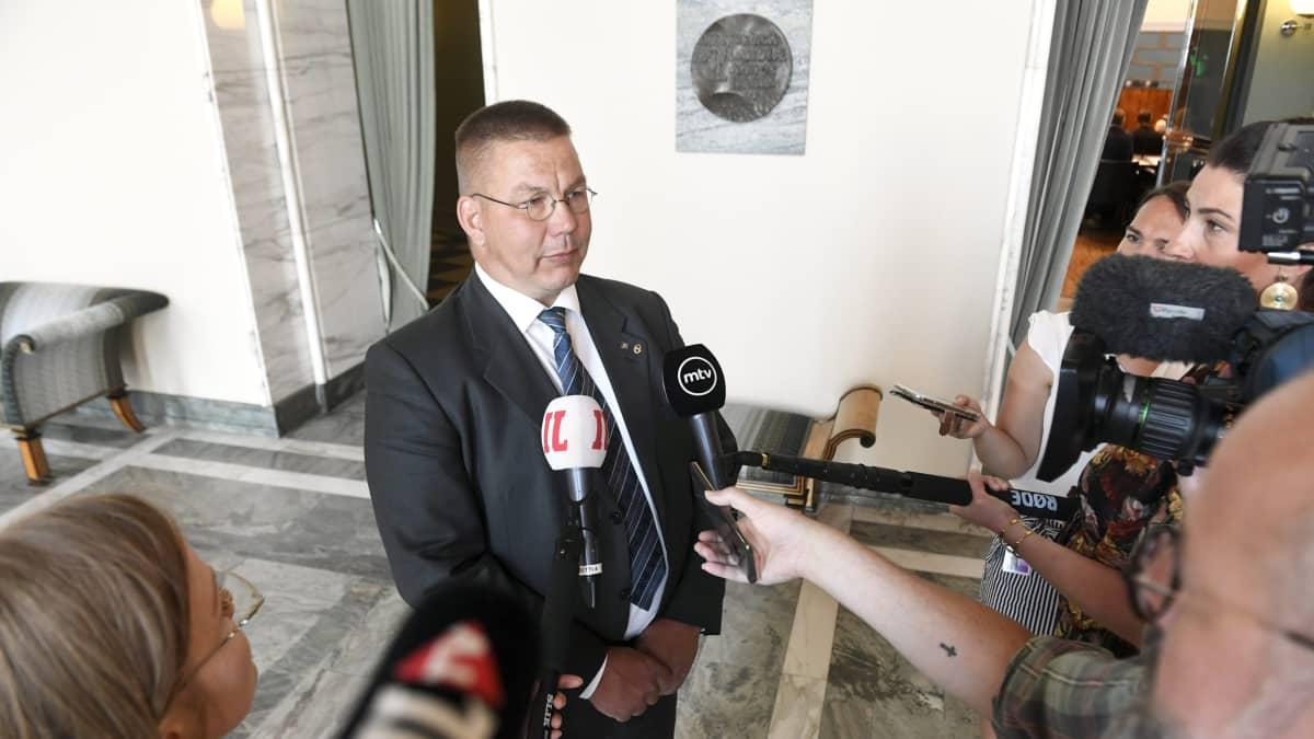 Juha Mäenpää kommentoi medialle eduskunnassa Helsingissä 26. kesäkuuta