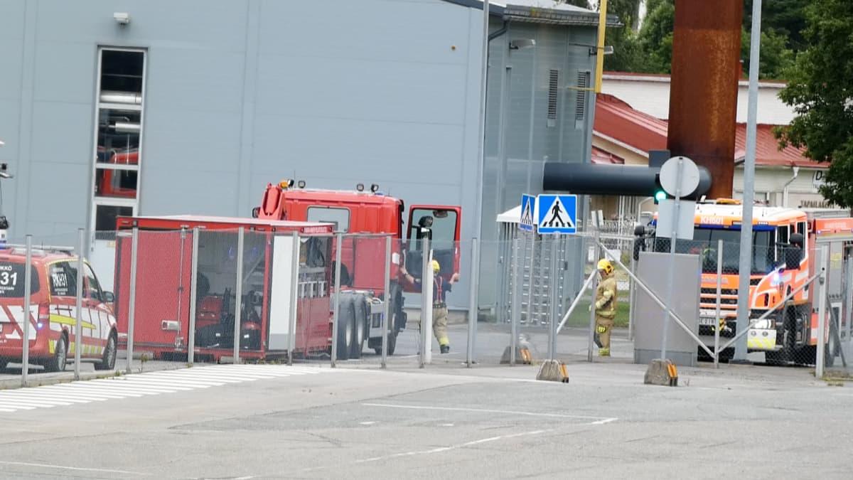Pelastuslaitoksen autoja tehtaan edustalla Janakkalassa.