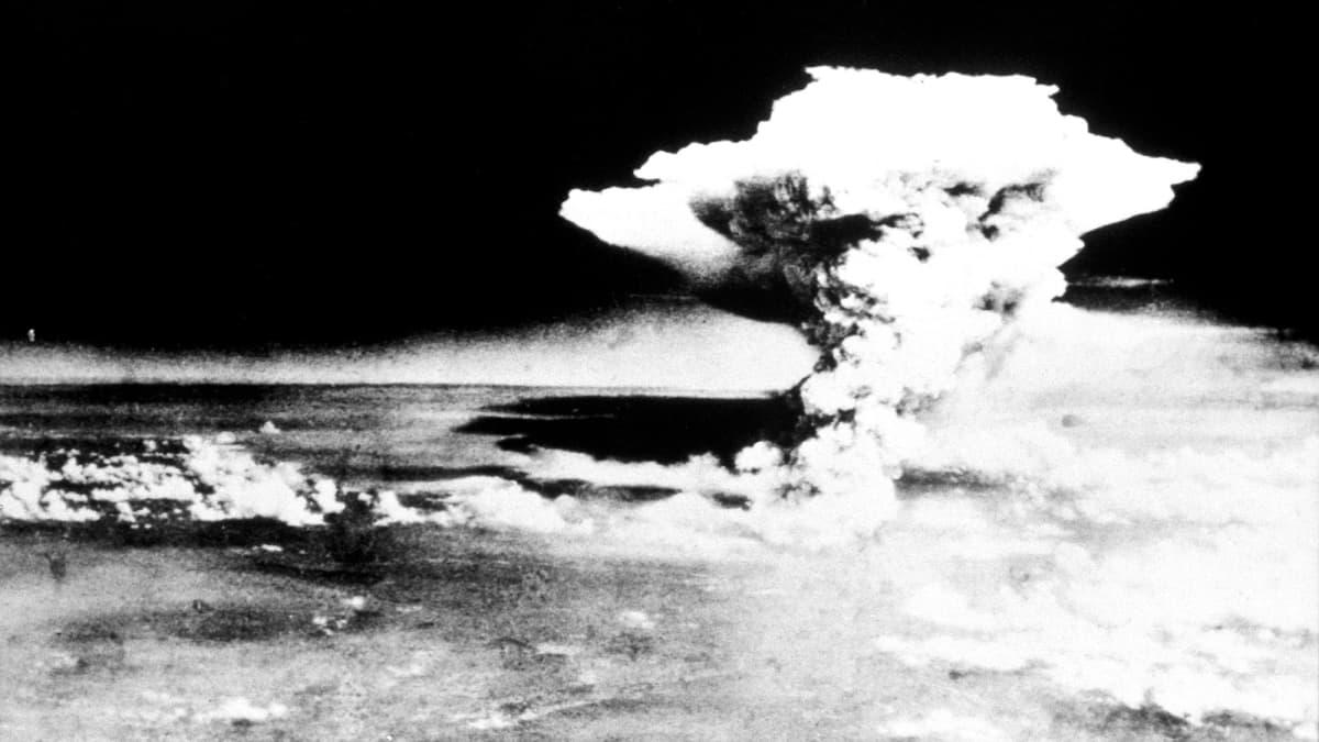 Ydinräjähdyksen pilvi Hiroshiman yllä 6. elokuuta 1945.