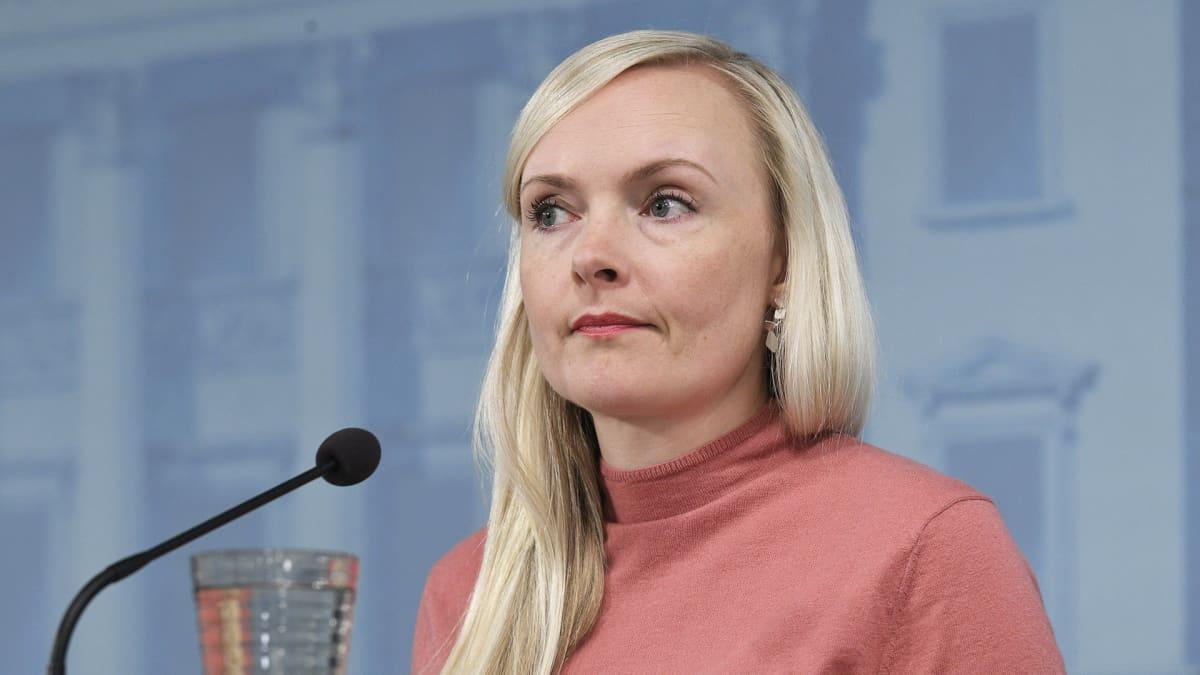 Sisäministeri Maria Ohisalo hallituksen tiedotustilaisuudessa rajapäätöksistä valtioneuvoston linnan tiedotustilassa