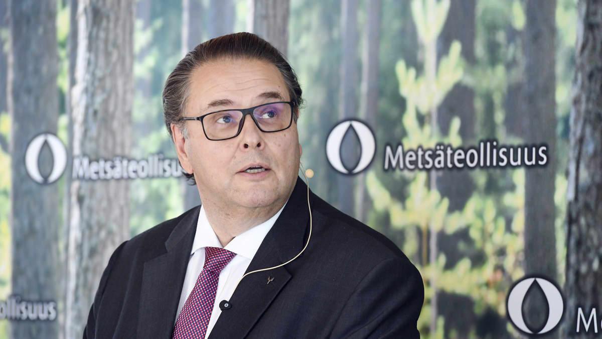Metsäteollisuus ry:n hallituksen puheenjohtaja Ilkka Hämälä yhdistyksen tiedotustilaisuudessa Helsingissä 1. lokakuuta 2020.