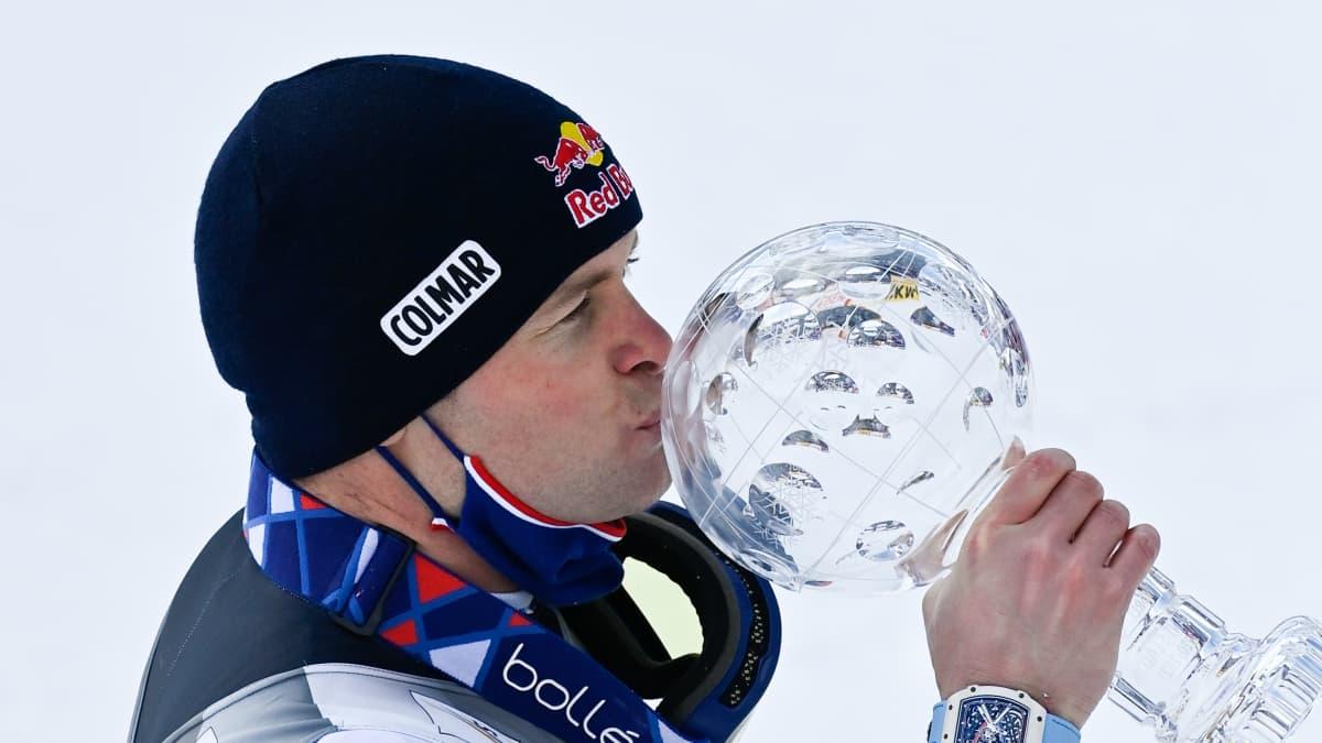 Alexis Pinturault suutelee kristallipalloa.