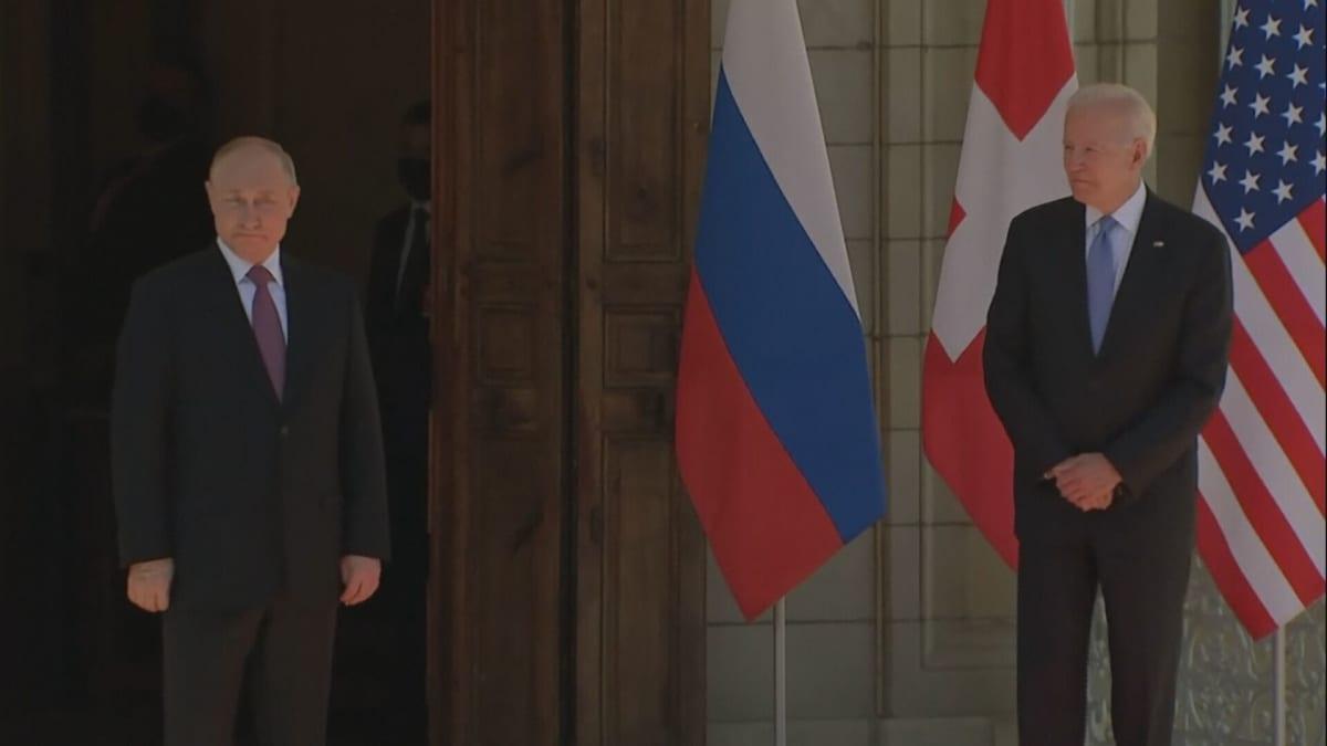 Venäjän ja Yhdysvaltain presidentit kättelevät