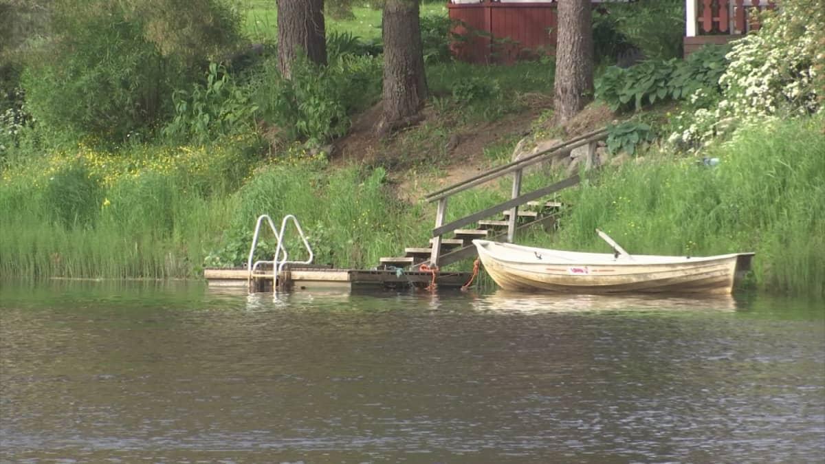Kuva asuintontilta joen rannasta Vähästäkyröstä.
