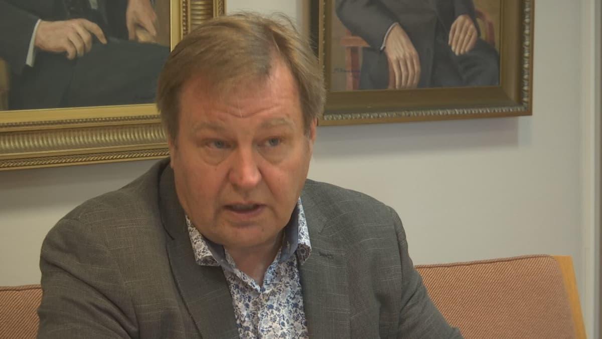 Ilmajoen kunnanahallituksen puheenjohtaja Ahti Ranto toivoo, että Pirttikoski itse irtisanoo itsensä.