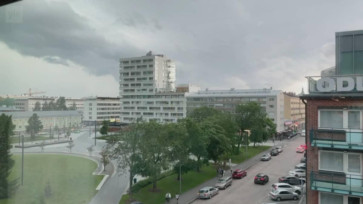 Ukkosrintama vyöryi Oulun ylle tiistaina.