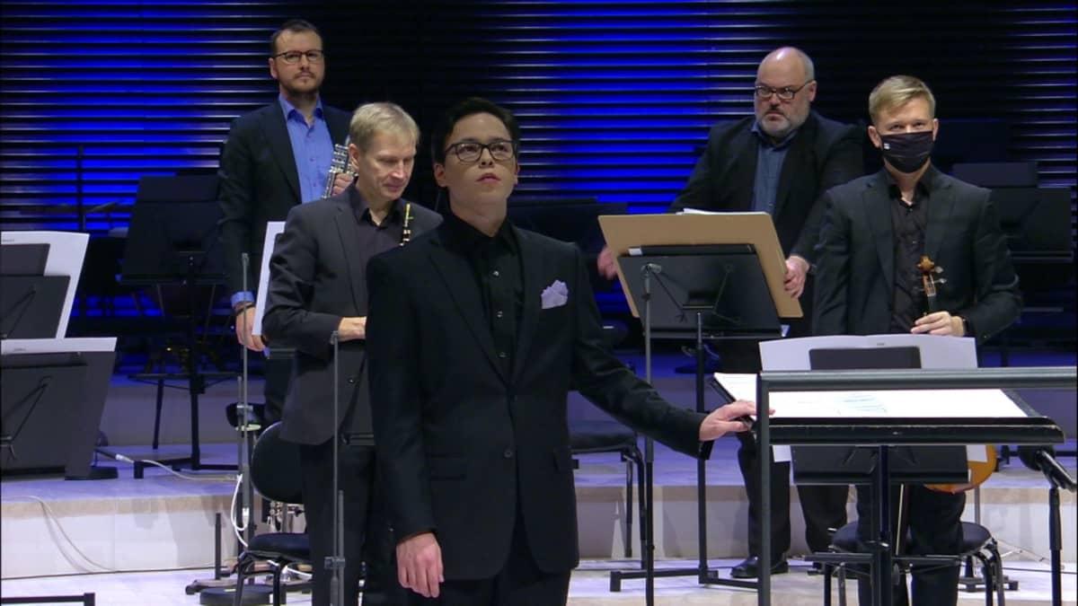 Tarmo Peltokoski johtaa Radion sinfoniaorkesterin konserttia