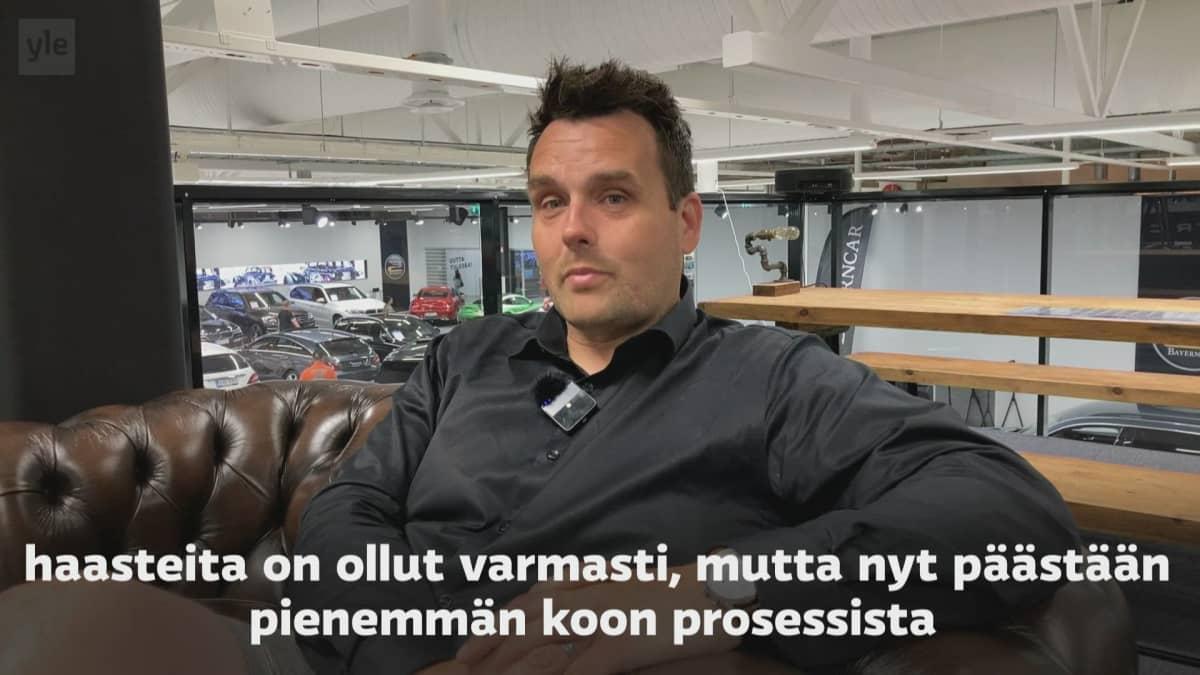 Kuvakaappaus videolta, jossa haastatellaan autokauppias Joni Nelimarkkaa.