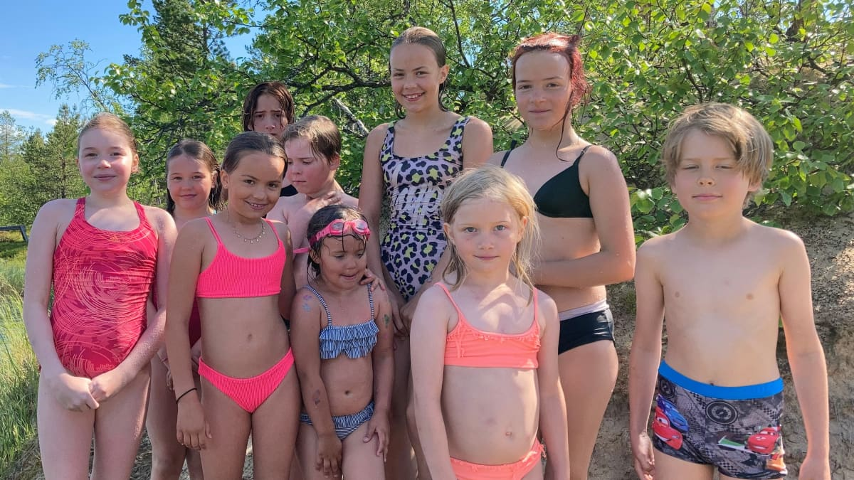 Lapset uimassa Ahvenjärvellä