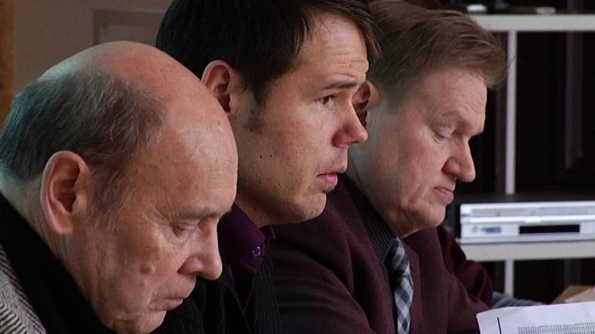 Tarkastuslautakunnan jäsen Mauri Öljymäki, kaupungin tarkastuspäällikkö Matti Rosvall ja tarkastuslautakunnan puheenjohtaja Heimo Hokkanen.