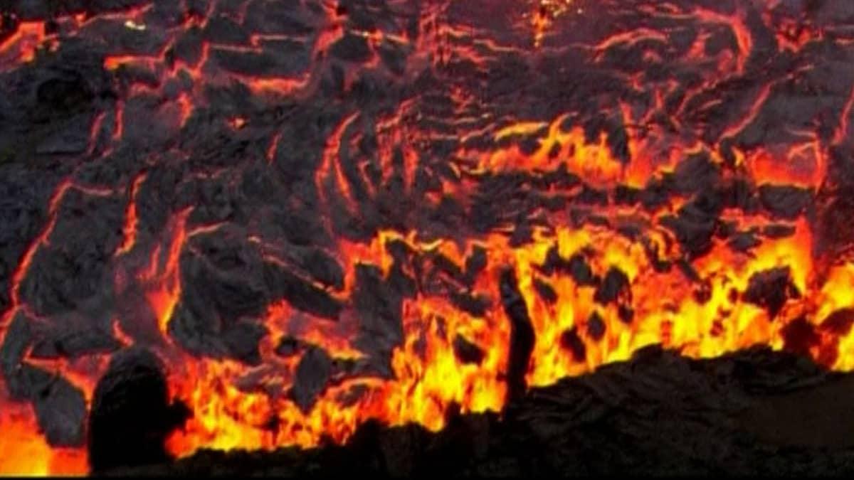 Tulivuoresta purkautuvaa laavaa.