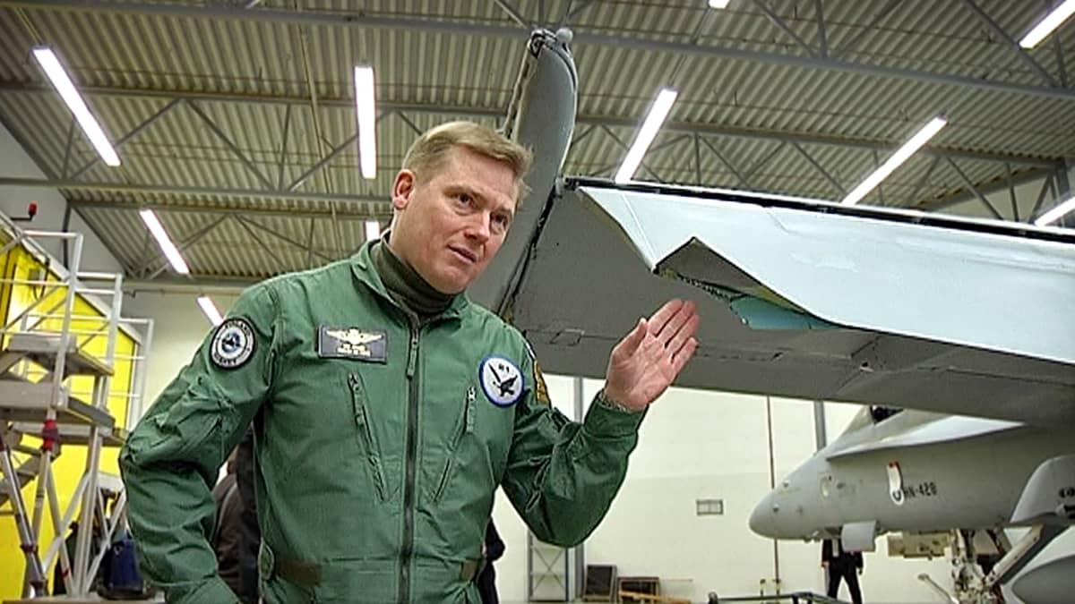 Eversti Kim Jäämeri esittelee vioittunutta Hornetin siipeä