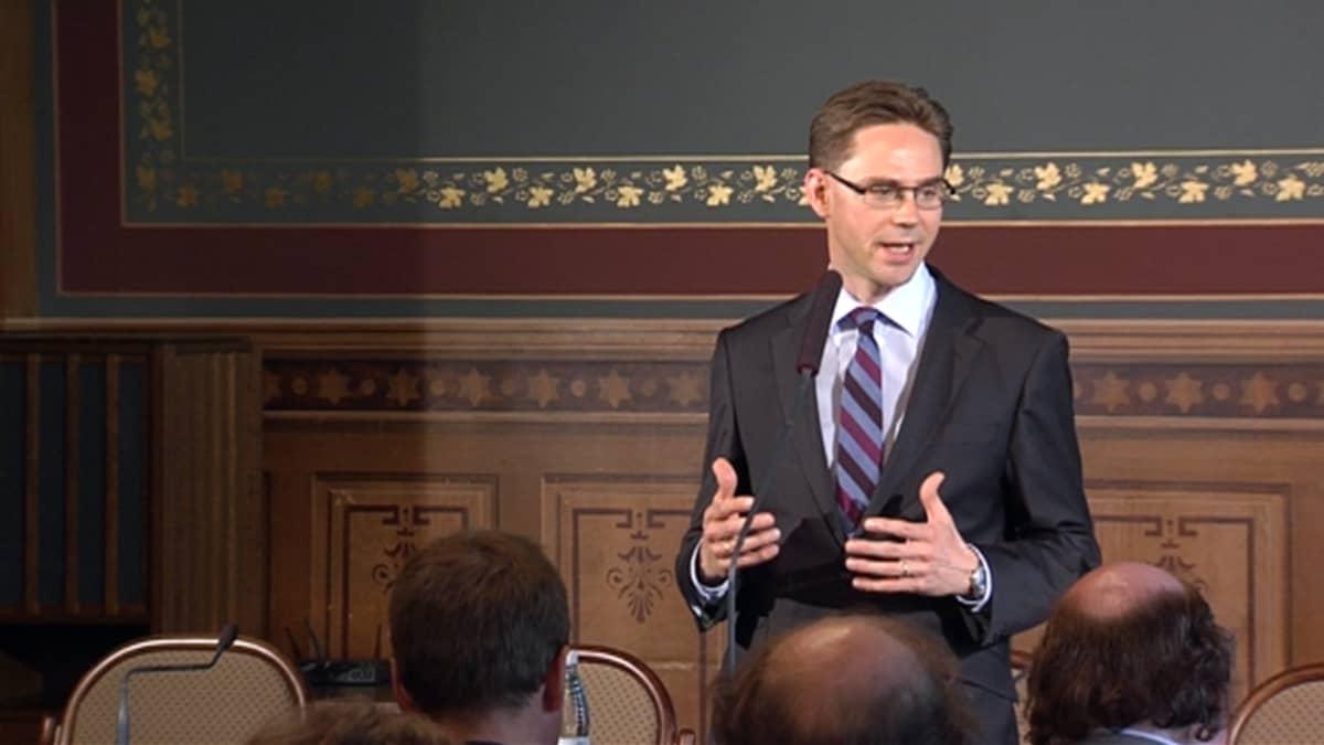 Jyrki Katainen antaa lausuntoa hallituspohjasta Säätytalolla 23.5.2011.