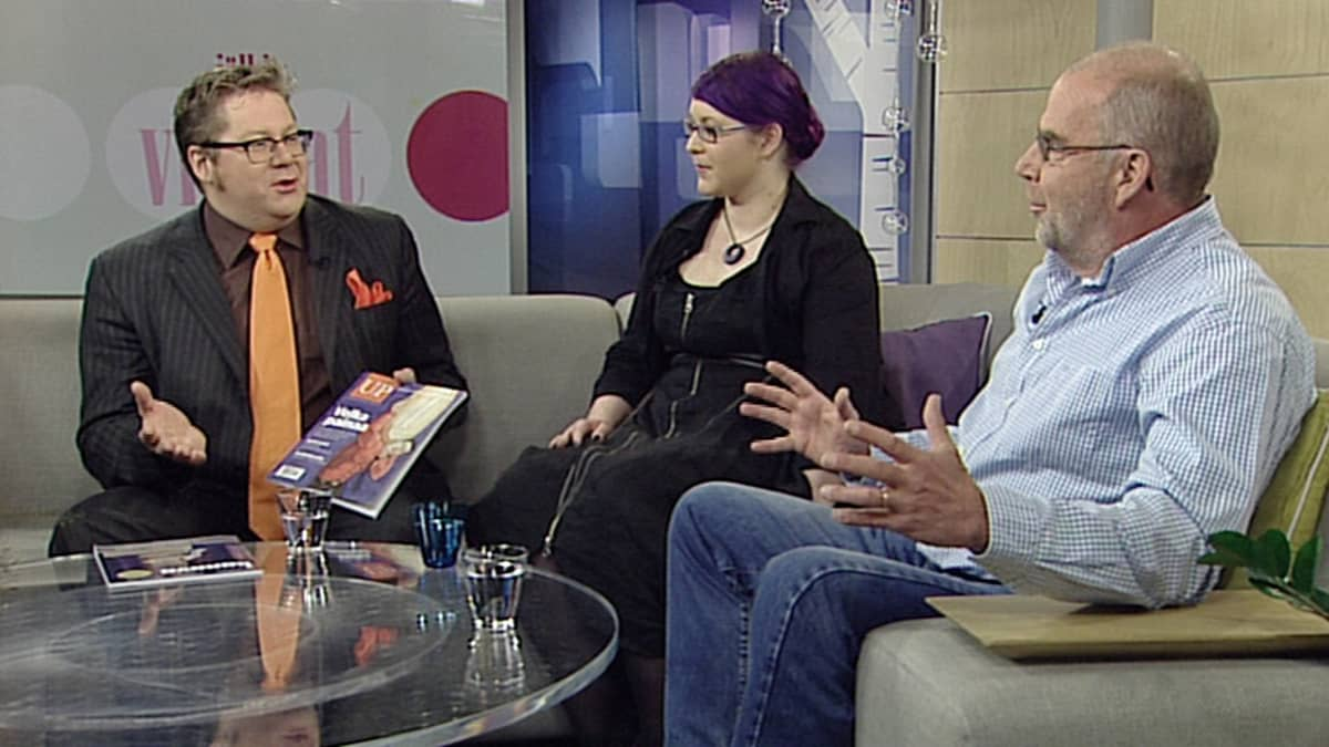Kolme jälkiviisasta keskustelee sohvalla