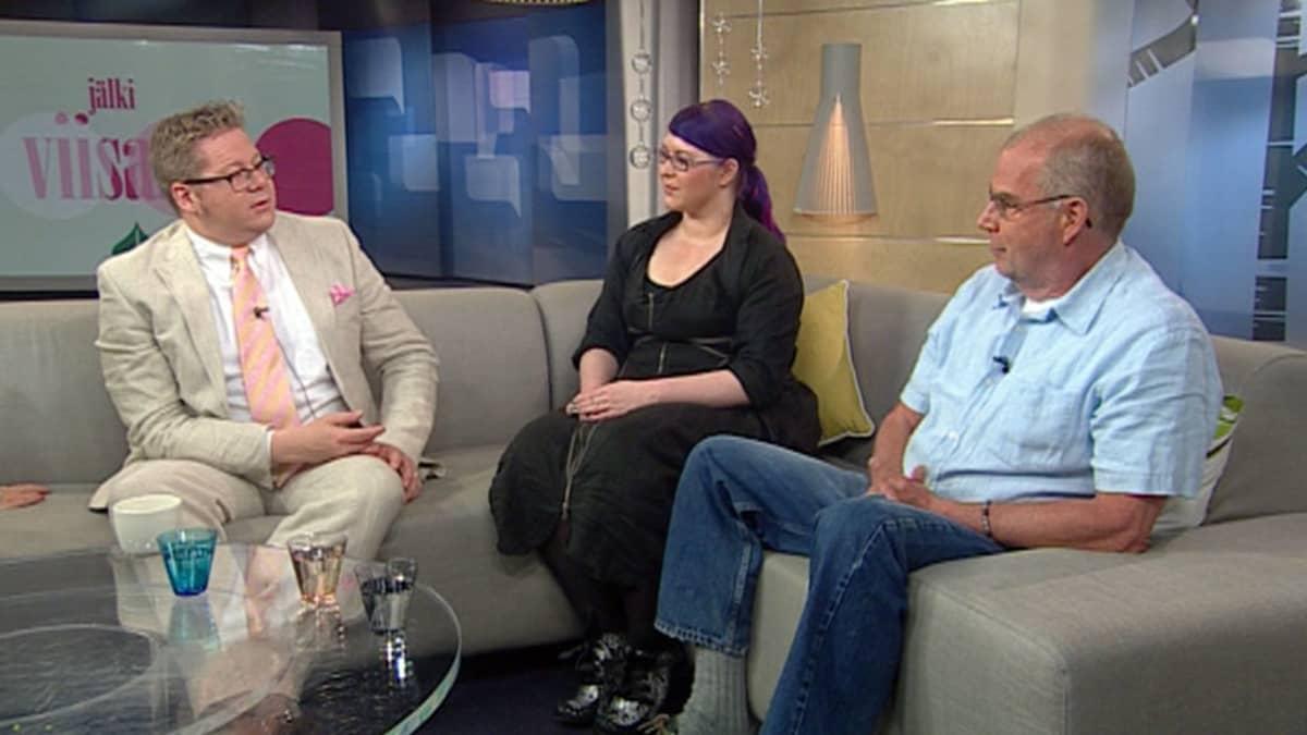 Jan Erola, Kalle Isotalo ja Maria Pettersson keskustelevat hallitusneuvotteluista studion sohvalla