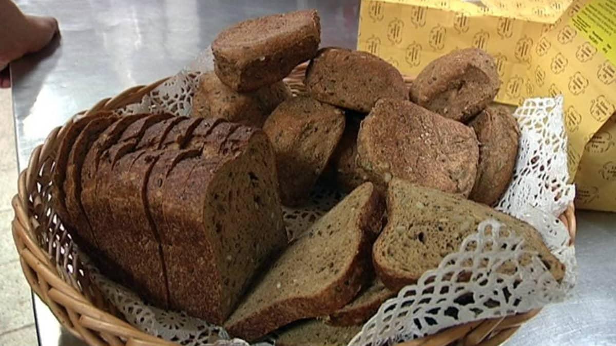 Leipää tarjoiluastiassa.
