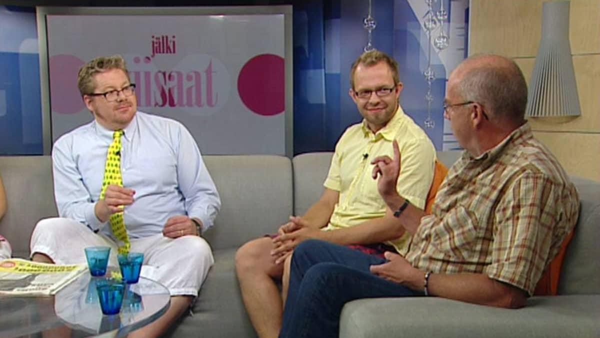 Jan Erola, Matti Parpala ja Kalle Isokallio viisastelivat Aamu-tv:n jälkiviisaina 22. heinäkuuta 2011.