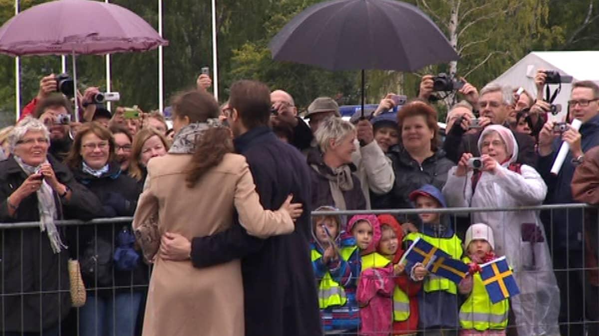 Victoria ja Daniel tervehtivät väkijoukkoa.