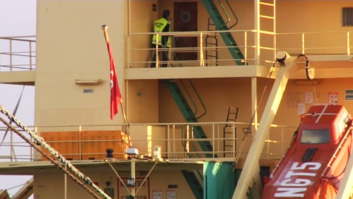 Keltaliivinen henkilö liikkumassa Thor Liberty -laivan kannella.