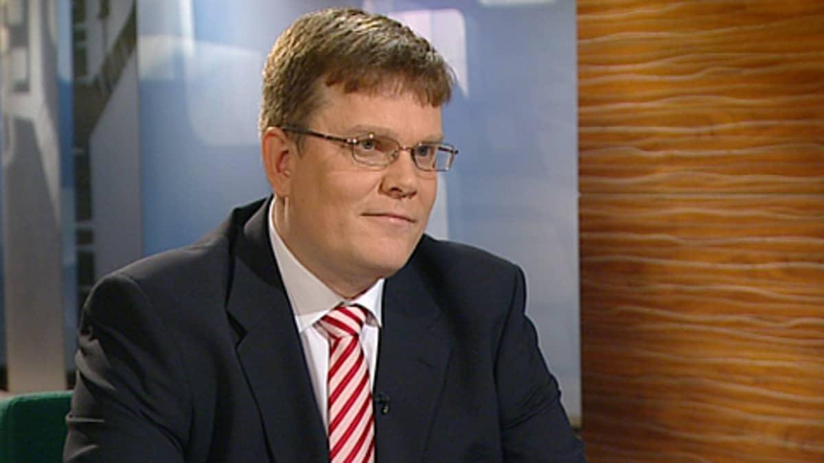 Keskustan puoluesihteeri Jarmo Korhonen Ylen uutistudiossa.