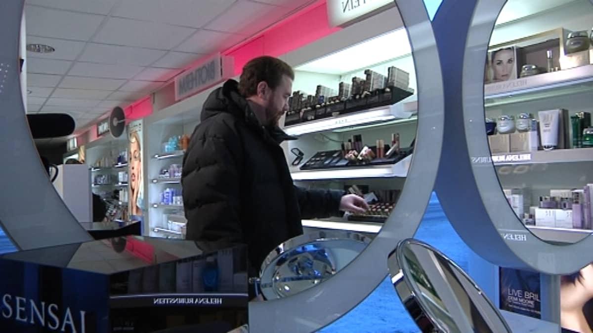 Toimittaja Olli Koski perehtyy naisille mieluisiin joululahjoihin tavaratalon meikkiosoastolla.