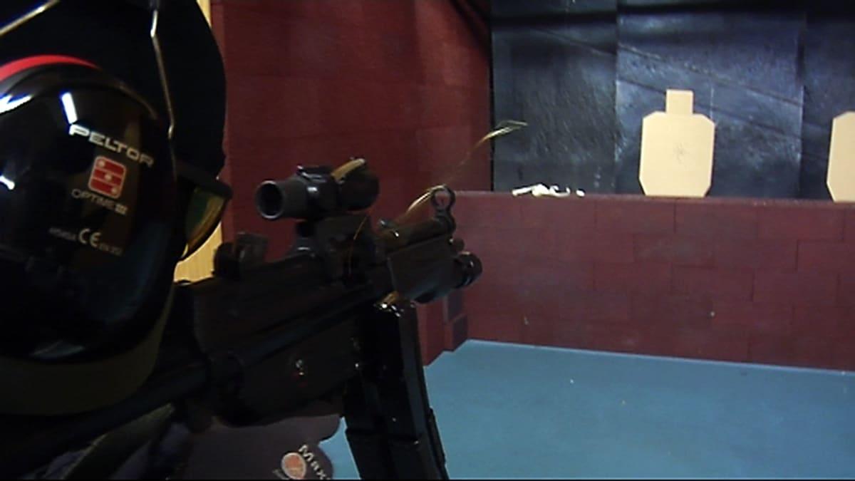 Poliisin erikoisjoukkoihin kuuluva poliisi harjoittelee ampumaradalla