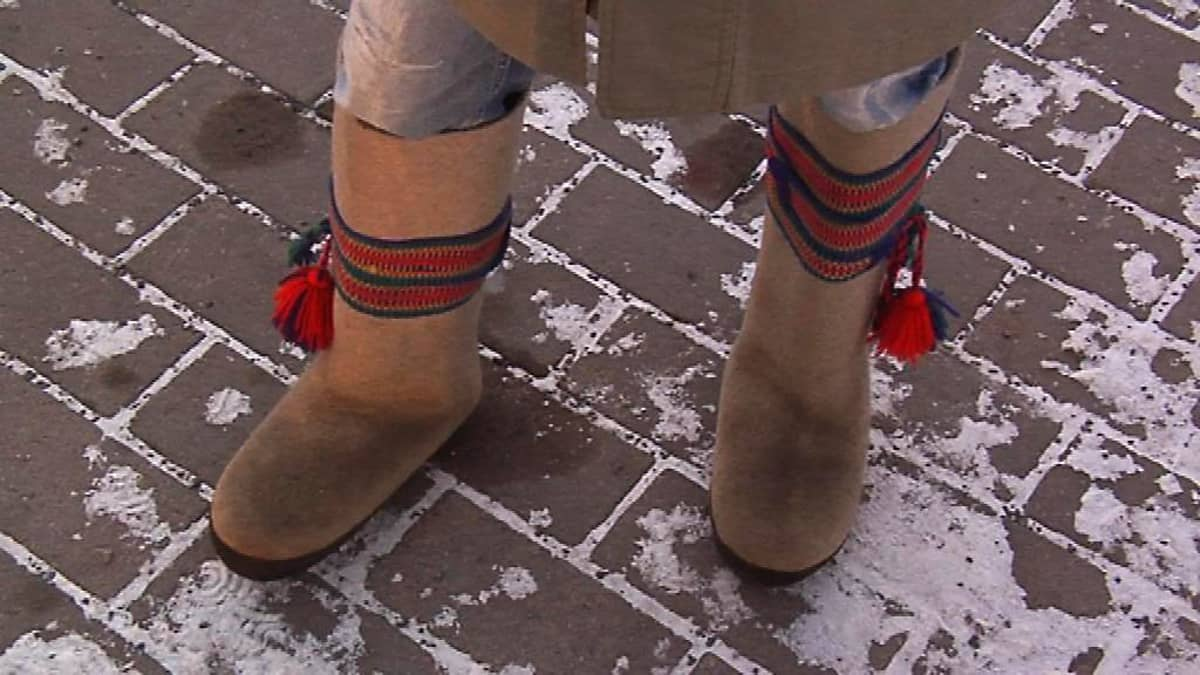 Huopatossut, eli vinkkelit lämmittävät jalkaa pakkasessa.