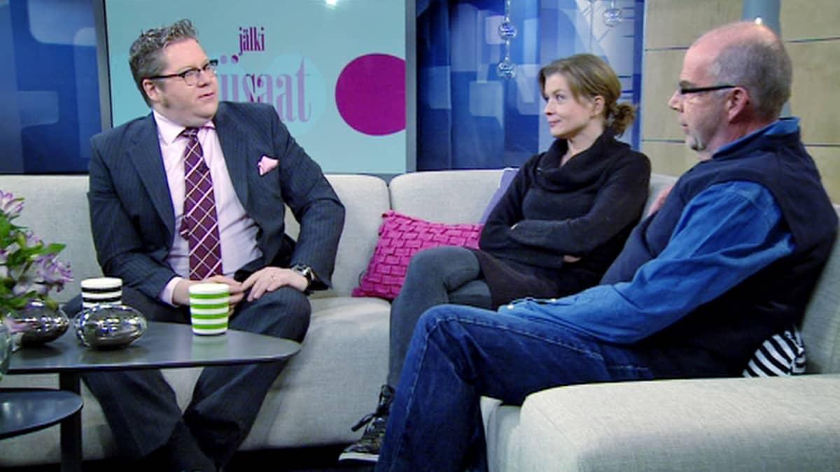 Jan Erola, Jeanette Björkqvist ja Kalle Isokallio keskustelevat Jälkiviisaissa.