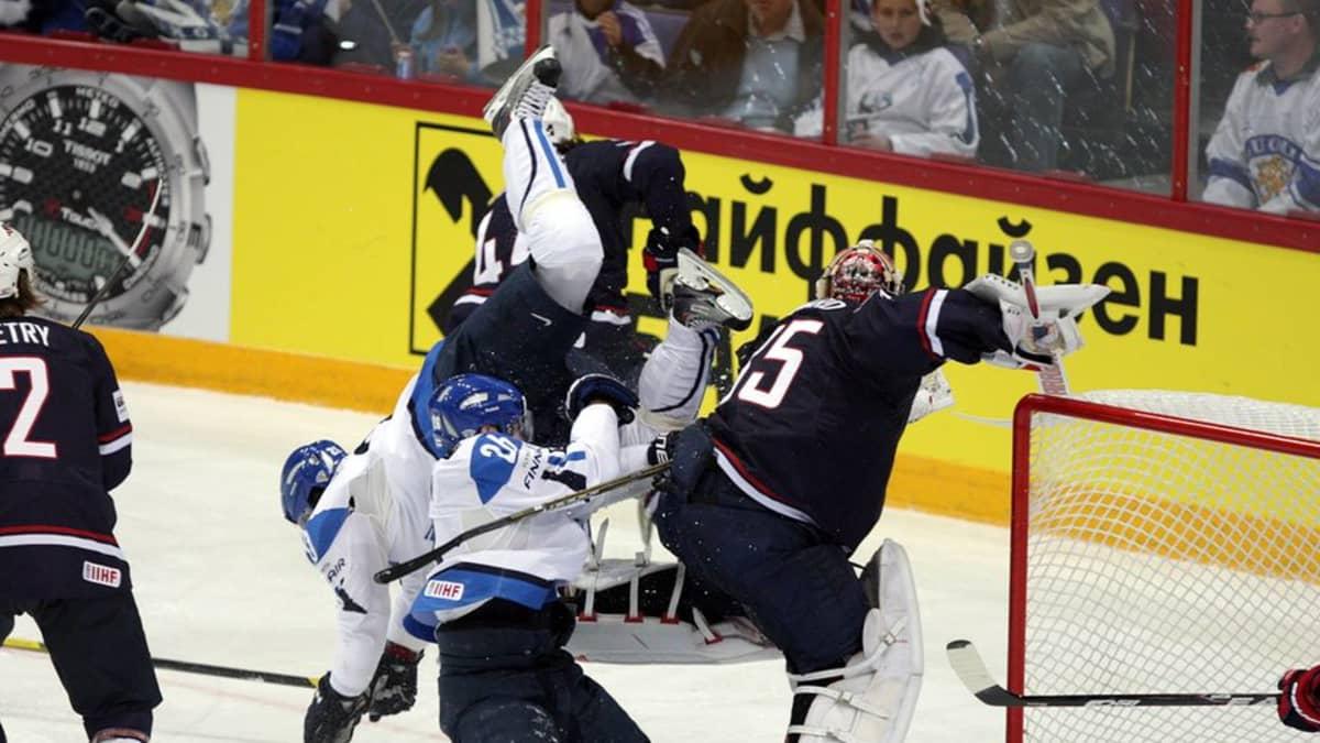 Jarkko Immonen ja Janne Niskala törmäävät USA:n maalin edessä.