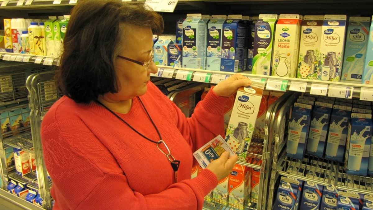 Nainen Hilja-maitopurkki kädessä