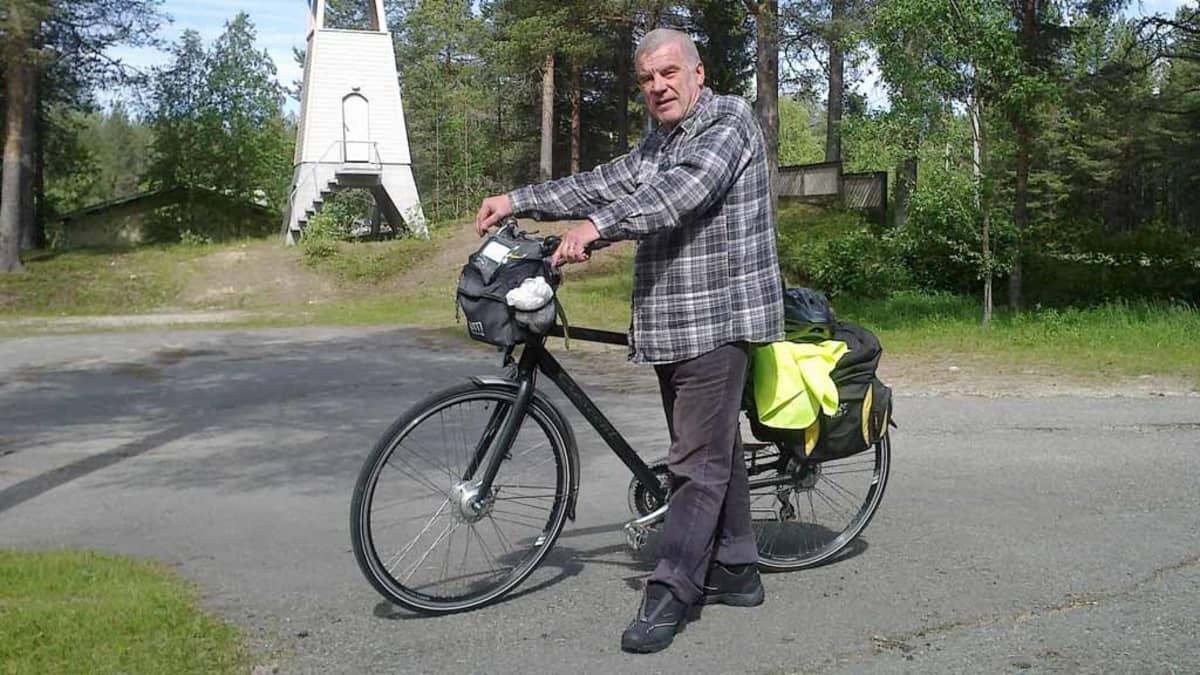 Veikko Lindberg pyöränsä kanssa Savukoskella