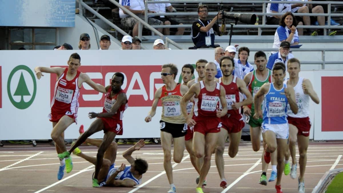 Niclas Sandells kaatuu 1 500 metrillä.