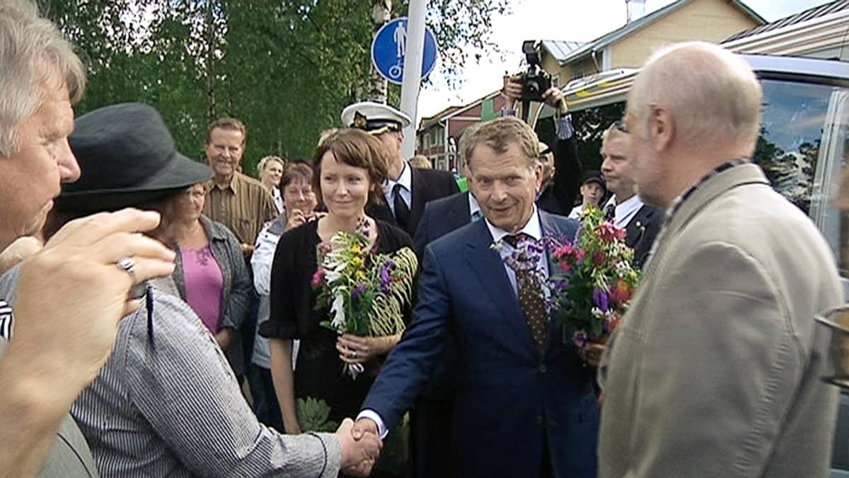 Sauli Niinistö ja Jenni Haukio tervehtivät kansalaisia maakuntamatkallaan Kokkolassa.