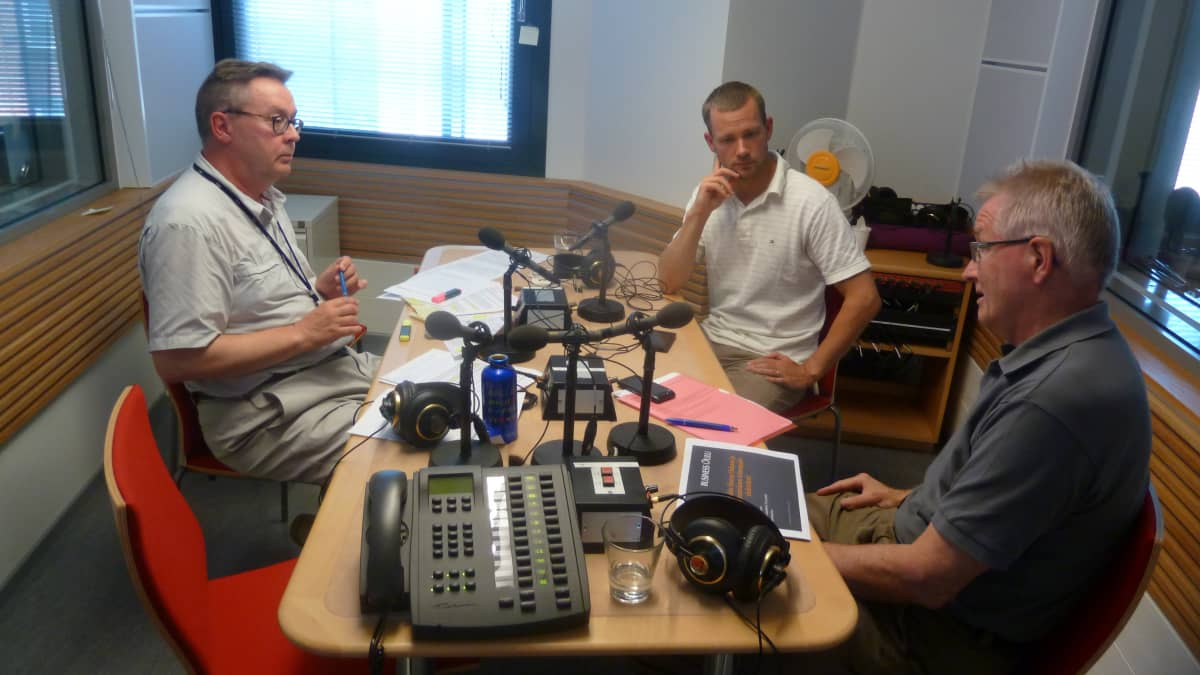 Studiokeskustelussa mukana vasemmalta toimittaja Arto Veräjänkorva, luottamusmies Mikko Merihaara ja kaupunginjohtaja Matti Pennanen