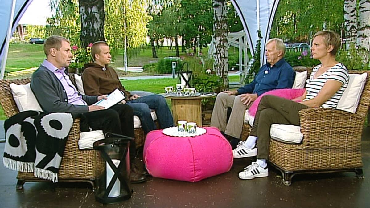 Urheilulehden uutispäällikkö Esko Seppänen, urheilutoimittaja Bror-Erik Wallenius ja Valmentaja Tiia Hautala.